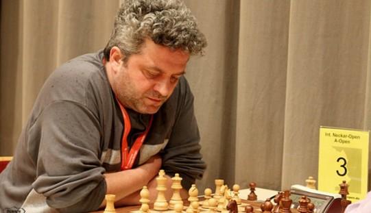 Marele maestru internațional Andrei Istrățescu, într-un simultan de șah la Câmpia Turzii