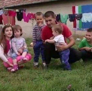 În curtea casei, cu cei cinci copii ai săi