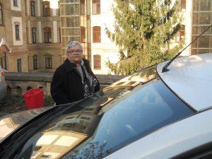 D-na Teliana, urcând în taxiul cu care a venit de la Gherla