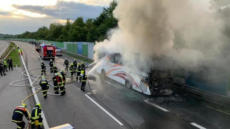 Un autocar cu zeci de români a luat foc pe o autostradă din Austria