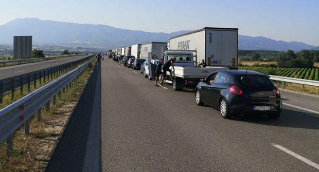 Cozi de kilometri la singura intrare rutieră în Grecia. Cei testaţi pentru COVID-19 stau în carantină o zi