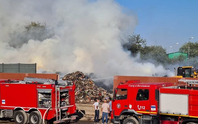 Incendiu pe o suprafață de 7.000 de metri pătrați, lângă o fostă groapă de gunoi