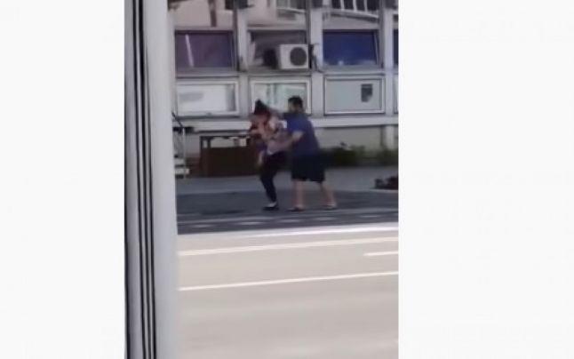 Un preot își bate soția în stradă în timp ce femeia era cu copilul în brațe VIDEO